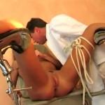 Un gynéco se tape une patiente et son assistante!