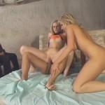 2 jolies blondes baisées devant des invités