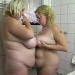 Deux grosses cochonnes se tripotent.