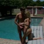 Une blonde bien coquine au bord de la piscine