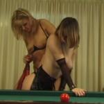 Lesbiennes s'amuse sur un billard