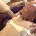 Il lui renifle le cul pour la baiser