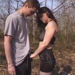 Couple torride baise en foret