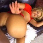 Nana blonde prend son pied avec un black et sa grosse bite
