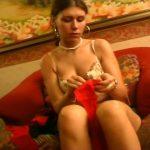 Striptease d'une brunette sensuelle