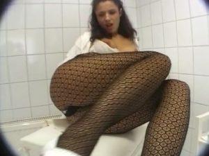 Elle se fait éjaculer sur ses jolies jambes!