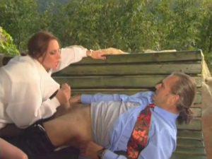 Baise en extérieur pour ce couple mature.