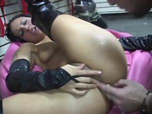 Une jolie coquine se fait tringler dans un sexshop