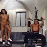 Couple baisant dans une salle de gym