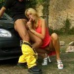 Une jolie blonde se fait baiser par un auto-stoppeur